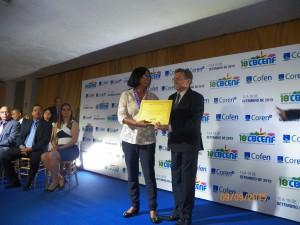 A homenageada de MT, Francília, recebendo o certificado do mato-grossense de coração, Leocarlos Cartaxo
